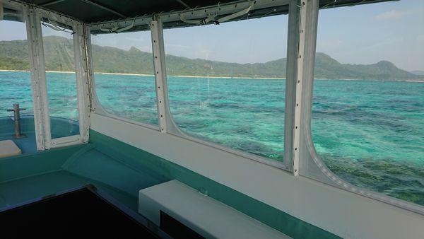 ボートからエメラルドグリーンの海です