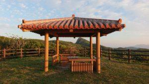 石垣島の穴場観光スポット、野底岳展望台。海と山々を見下ろす東屋