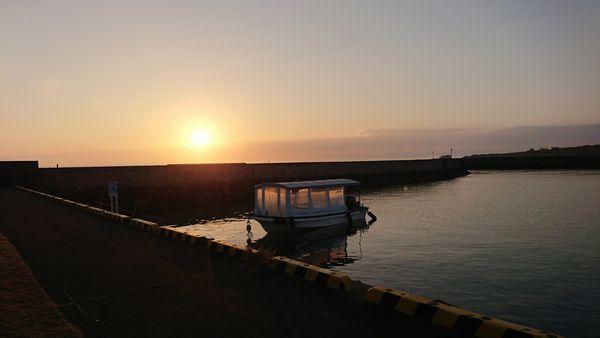 伊野田漁港に降り注ぐ朝日