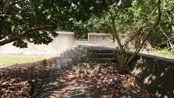 秘密の階段を上れば、堤防沿いへ