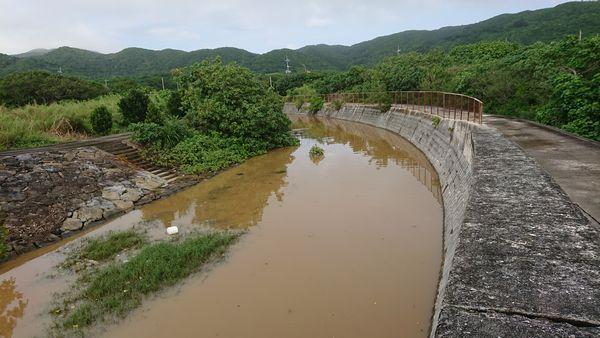 早朝の土砂降りの雨。川が。。
