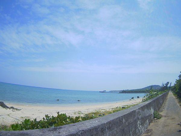 抜けるような青空と海です