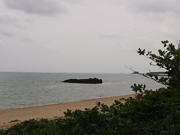 ビーチから離れた岩