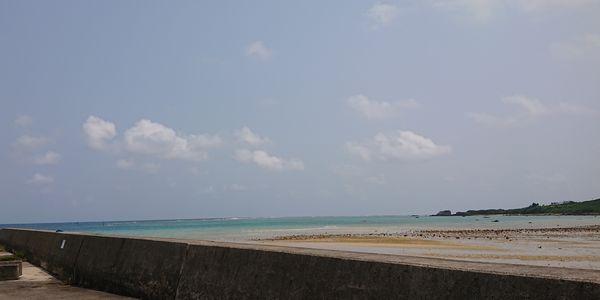 青い空ときれいな海です