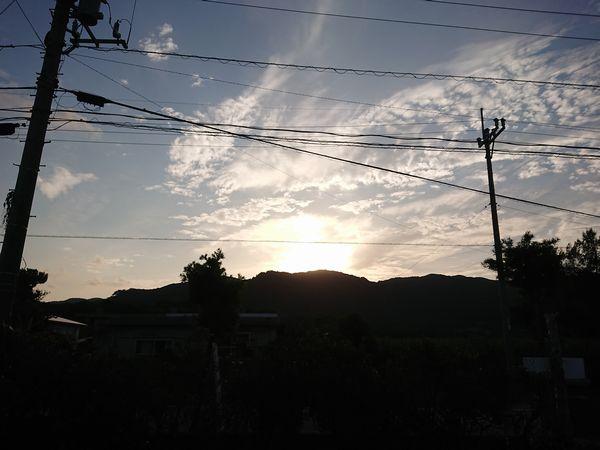 山に隠れようとする太陽さん。日没は近いです