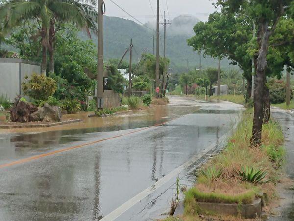梅雨の石垣島、道路が冠水