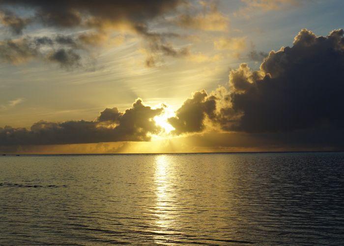 朝日を目指してグラスボートツアー
