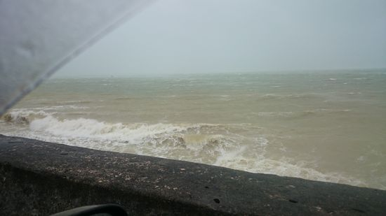 エメラルドグリーンの海が。。。台風です