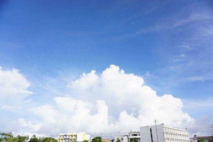 巨大な夏雲登場の市街地です