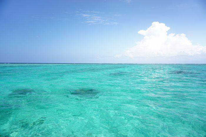 石垣島らしいエメラルドグリーンの海です