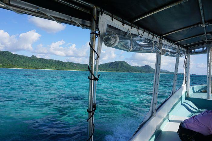 ボート上からはエメラルドリーンの海が広がります。