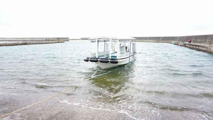 港にボートを浮かべます。
