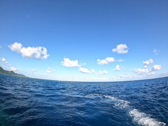 青空を楽しみながらサンゴポイントを目指します。
